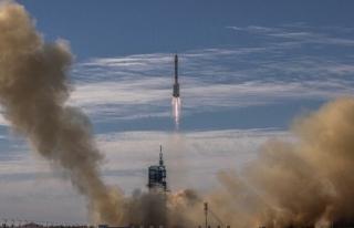 Çin yeni uzay istasyonu mürettebatını taşıyan...