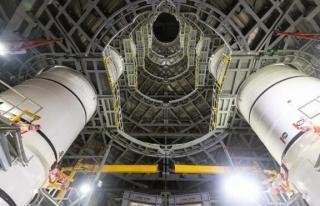 NASA Ay'a ilk kadını taşıyacak dev roketleri...