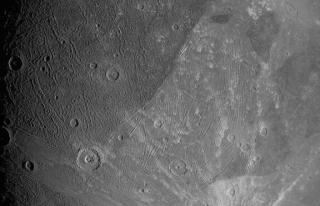 NASA, Güneş Sistemi'nin en büyük uydusunun fotoğraflarını...