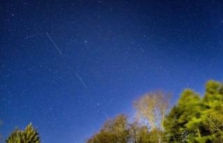 Uzay meraklısı, Starlink uydularını takip eden...